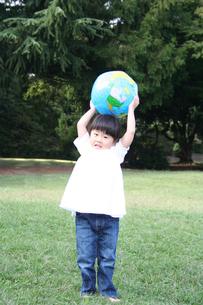 ボールで遊ぶ女の子 FYI00325183