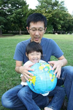 ボールで遊ぶ父と子供 FYI00325184
