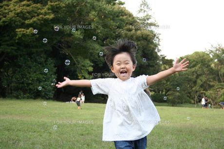 シャボン玉と戯れる女の子 FYI00325185