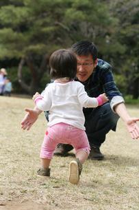 歩き始めた子供とパパ FYI00325186