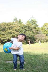 ボールで遊ぶ子供 FYI00325188
