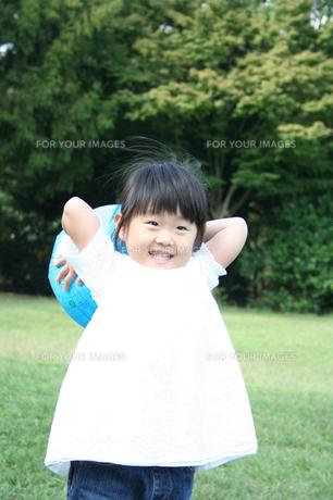 ボールで遊ぶ女の子 FYI00325191