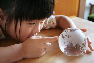 地球儀を覗きこむ女の子 FYI00325193