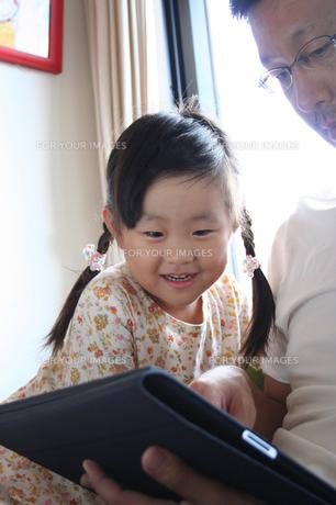 タブレットPCを見る女の子 FYI00325199