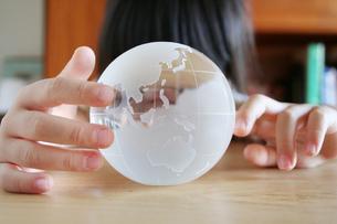 地球儀を見る女の子 FYI00325201