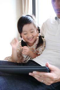 タブレットPCを触る女の子 FYI00325208