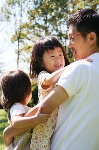 父親に抱きつく姉妹 FYI00325214