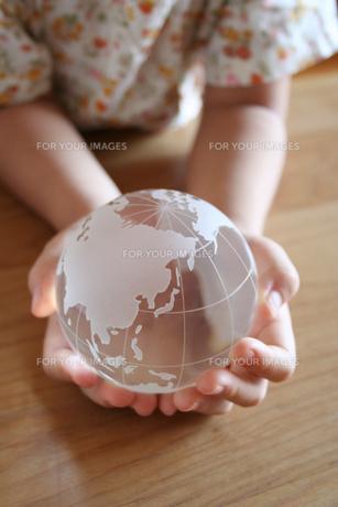 地球儀をもつ女の子 FYI00325216