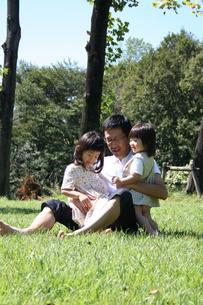公園で遊ぶ親子 FYI00325217