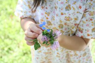 花束を持つ女の子 FYI00325221