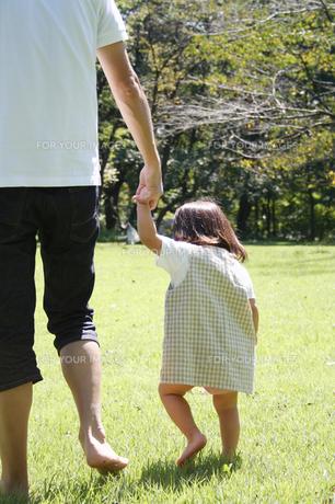 公園で手をつなぐ親子 FYI00325224