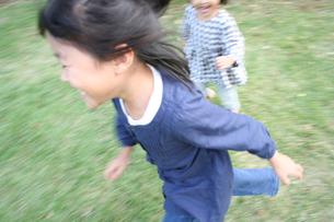 公園で遊ぶ姉妹 FYI00325229