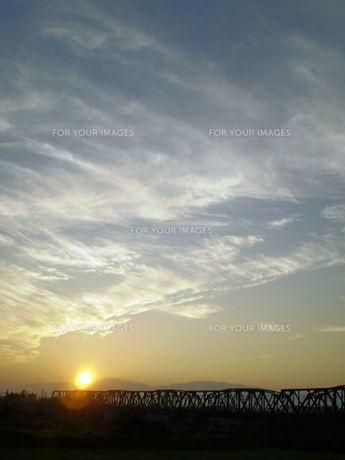 鉄橋と夕暮れ FYI00329566