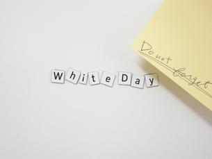 ホワイトボードとマグネットのホワイトデー FYI00332284