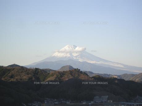 富士山にかかる雲と青空 FYI00332306