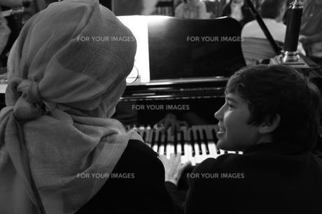 孫と一緒にピアノを弾く祖母 FYI00333896