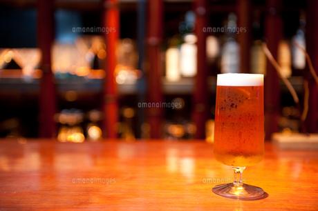バーカウンターのビール FYI00333975