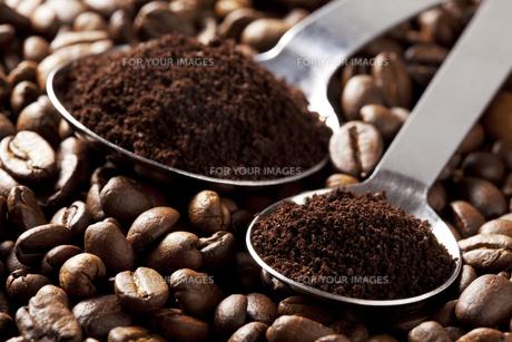 コーヒー豆と計量スプーン FYI00334283