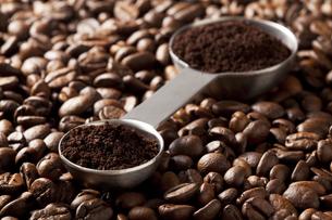 コーヒー豆と計量スプーン FYI00334287