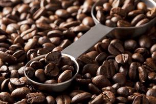 コーヒー豆と計量スプーン FYI00334292