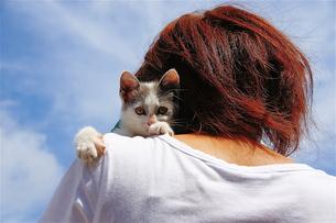 猫を抱く女性 FYI00335545