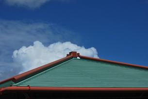 屋根の上の雲 FYI00335897