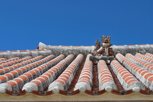 赤瓦の屋根とシーサー FYI00335944