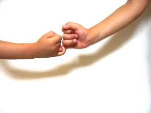 子供達の指きりげんまん FYI00336275