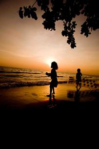 夕日と子供 FYI00336418