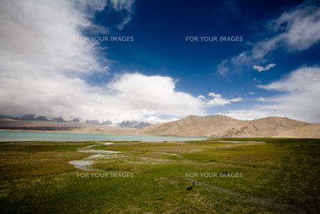 草原とカラクリ湖 FYI00336425
