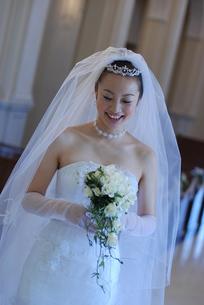 笑顔の若い花嫁 FYI00361517