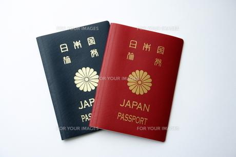 赤色と紺色のパスポート FYI00364344