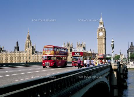 ロンドンのビッグベンと2階建てバス FYI00365456