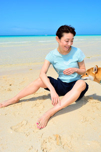 宮古島/前浜ビーチでリフレッシュ休暇の若い女性 FYI00372683