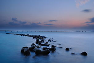 宮古島/テトラーポッドと伊良部大橋の夜景 FYI00374104