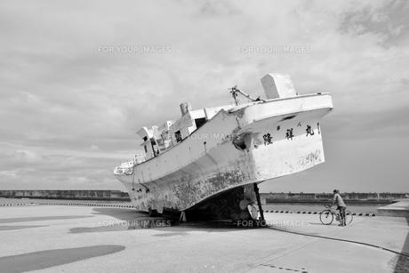 宮古伊良部島/佐良浜漁港の廃船 FYI00374320