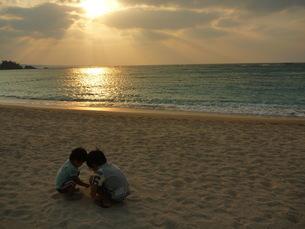 夕日の中の子供 FYI00377401