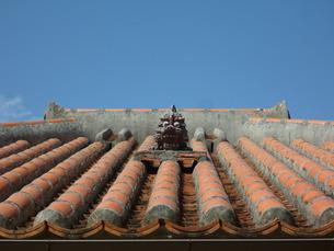 屋根の上のシーサー FYI00377417