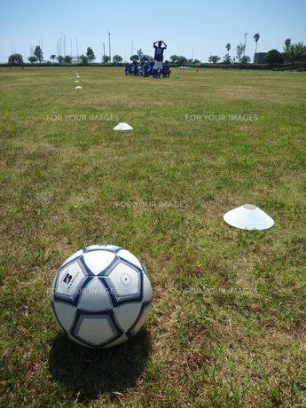 サッカークラブとボール FYI00377419
