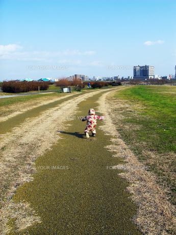 長い道を走る娘 FYI00377900