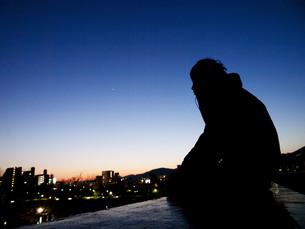 夕焼けと男性 FYI00378948