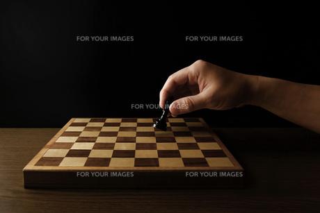 チェスの駒を持つ手 FYI00381367