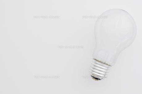 白背景に白熱電球 FYI00381754