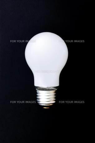 黒背景に白熱電球 FYI00381761