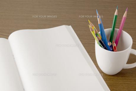 白紙のノートと色鉛筆 FYI00381850