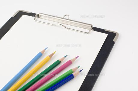 色鉛筆とクリップボード FYI00381855
