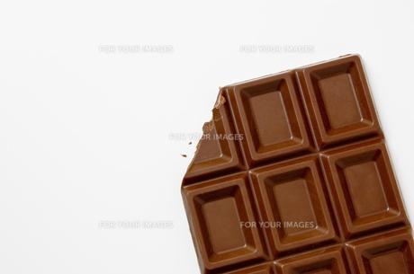 欠けたチョコレートのアップ FYI00381999
