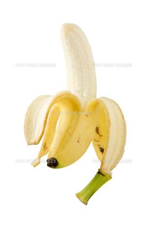 白背景に皮を剥いたバナナのアップ FYI00382000