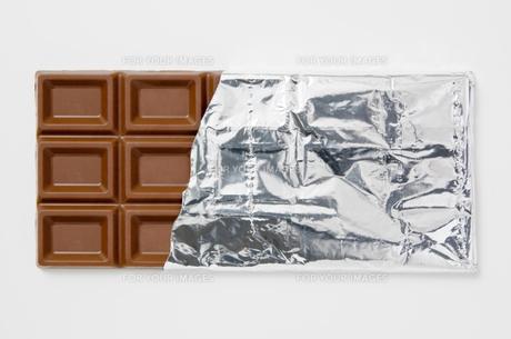 白背景に銀紙に包んだチョコレートのアップ FYI00382005
