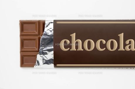 白背景に包み紙にはいった板チョコレートのアップ FYI00382015